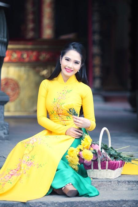 Nữ hoàng Du lịch Dương Kim Ánh rạng ngời đi lễ chùa ảnh 3