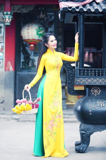 Nữ hoàng Du lịch Dương Kim Ánh rạng ngời đi lễ chùa ảnh 1