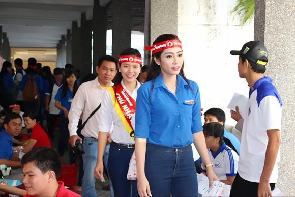 """Hoa hậu Đặng Thu Thảo hiến máu hưởng ứng """"Ngày Chủ nhật Đỏ"""" ảnh 6"""