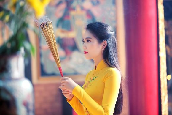 Nữ hoàng Du lịch Dương Kim Ánh rạng ngời đi lễ chùa ảnh 6