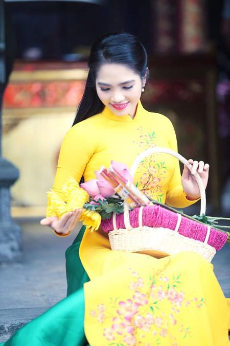 Nữ hoàng Du lịch Dương Kim Ánh rạng ngời đi lễ chùa ảnh 4