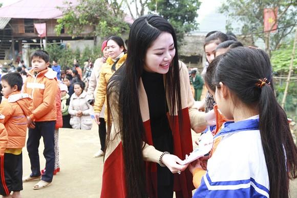 Hoa hậu Ngọc Anh mang đông ấm về xứ Thanh ảnh 4