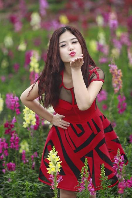 Cặp quán quân Hà Duy - Hoàng Yến lãng mạn giữa vườn hoa xuân ảnh 2