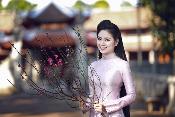 Hoa hậu Ngọc Anh rạng ngời giữa chốn thiền môn ảnh 3