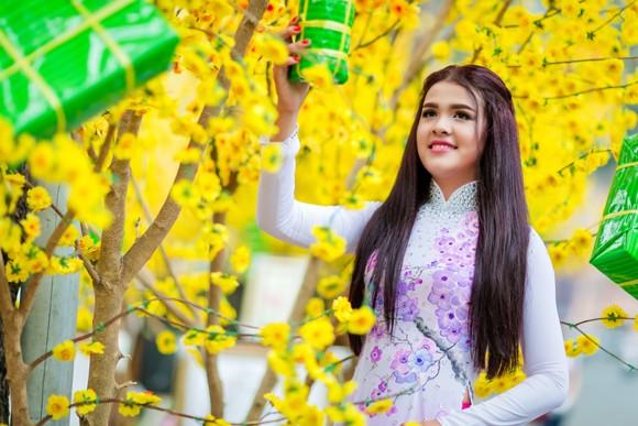 Á hậu Sơn Thị Dura thả dáng kiêu sa giữa phố xuân ảnh 3