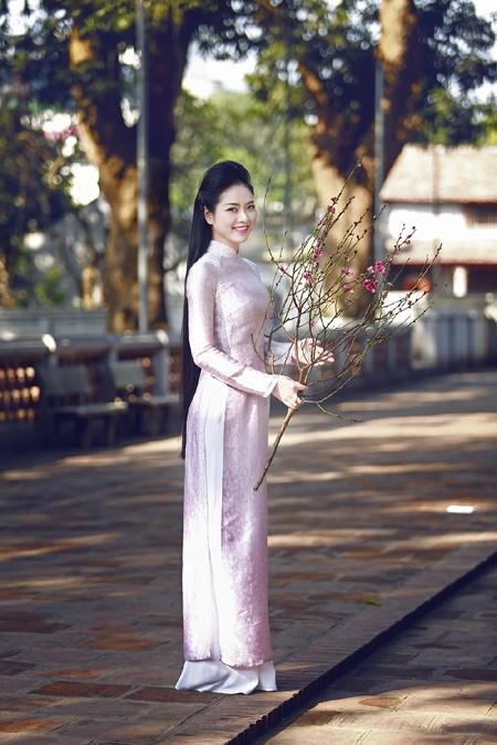 Hoa hậu Ngọc Anh rạng ngời giữa chốn thiền môn ảnh 2