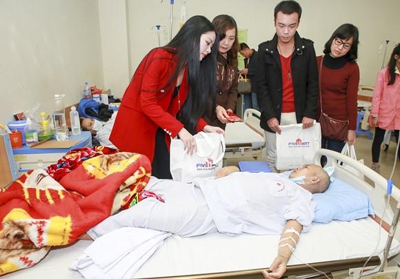 Hoa hậu Ngọc Anh mang Tết đến với bệnh nhân Viện huyết học ảnh 1