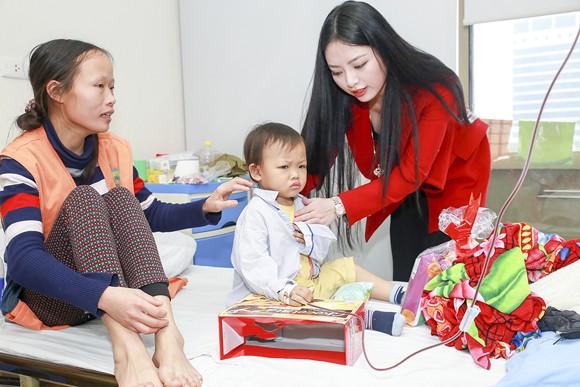 Hoa hậu Ngọc Anh mang Tết đến với bệnh nhân Viện huyết học ảnh 8