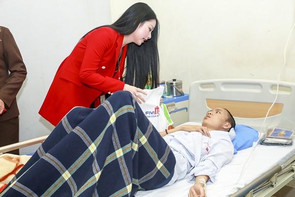 Hoa hậu Ngọc Anh mang Tết đến với bệnh nhân Viện huyết học ảnh 3