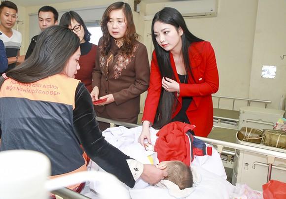 Hoa hậu Ngọc Anh mang Tết đến với bệnh nhân Viện huyết học ảnh 7