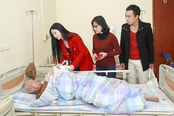 Hoa hậu Ngọc Anh mang Tết đến với bệnh nhân Viện huyết học ảnh 4