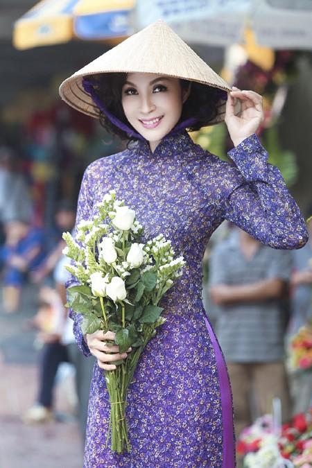 """MC Thanh Mai diện áo dài đi """"sắm"""" Tết ảnh 1"""