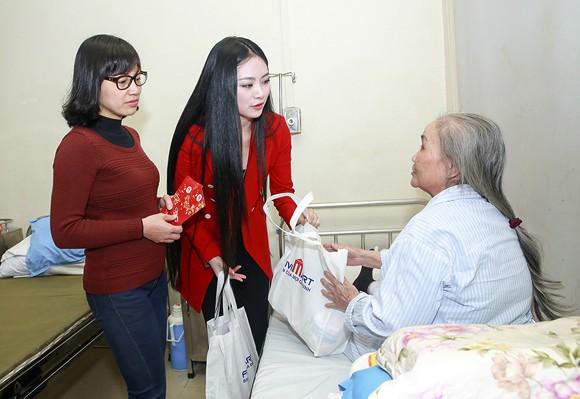 Hoa hậu Ngọc Anh mang Tết đến với bệnh nhân Viện huyết học ảnh 5