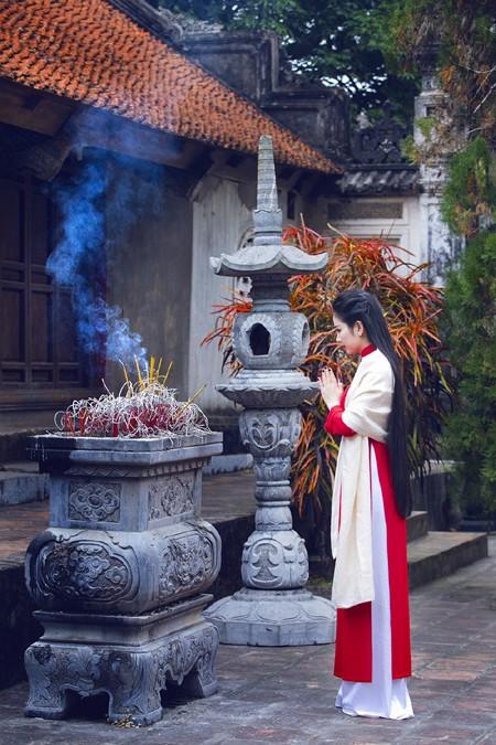Hoa hậu Ngọc Anh thành kính đi lễ chùa ảnh 3