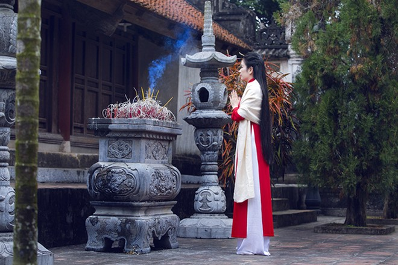 Hoa hậu Ngọc Anh thành kính đi lễ chùa ảnh 1