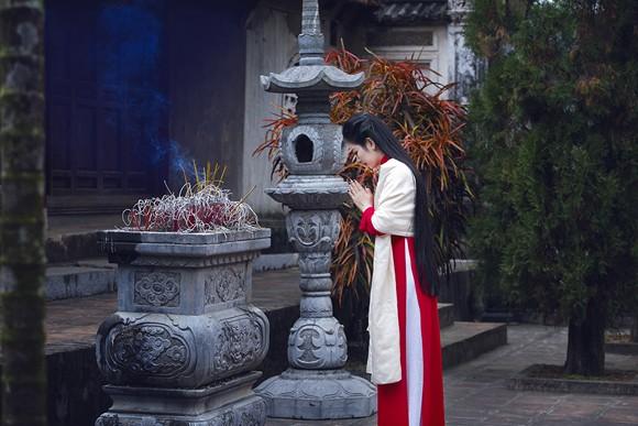 Hoa hậu Ngọc Anh thành kính đi lễ chùa ảnh 2