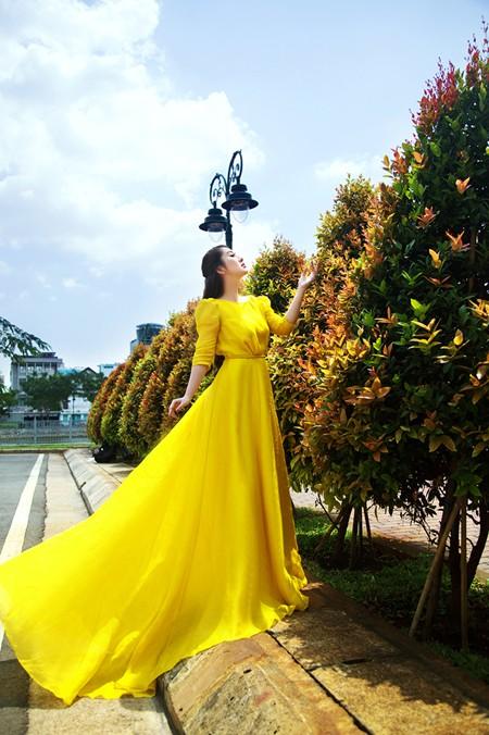 """MC Kim Trang """"thả dáng"""" kiêu kỳ với đầm vàng rực rỡ ảnh 2"""