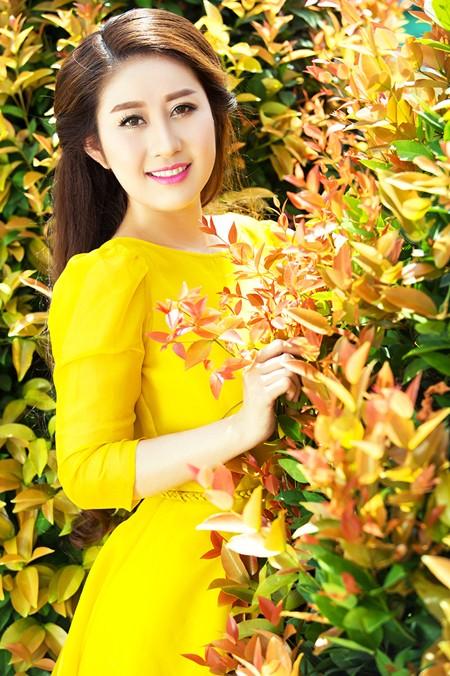 """MC Kim Trang """"thả dáng"""" kiêu kỳ với đầm vàng rực rỡ ảnh 1"""