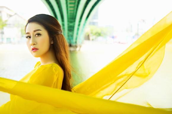 """MC Kim Trang """"thả dáng"""" kiêu kỳ với đầm vàng rực rỡ ảnh 7"""