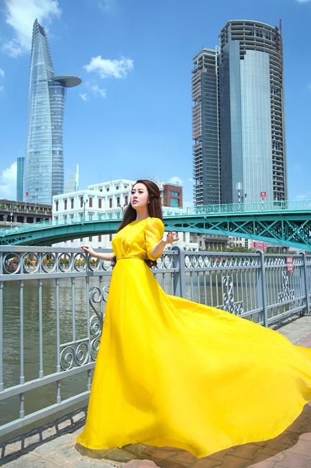 """MC Kim Trang """"thả dáng"""" kiêu kỳ với đầm vàng rực rỡ ảnh 3"""