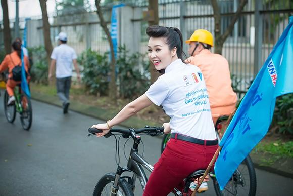 Á hậu Thụy Vân đạp xe kêu gọi tiết kiệm điện ảnh 5