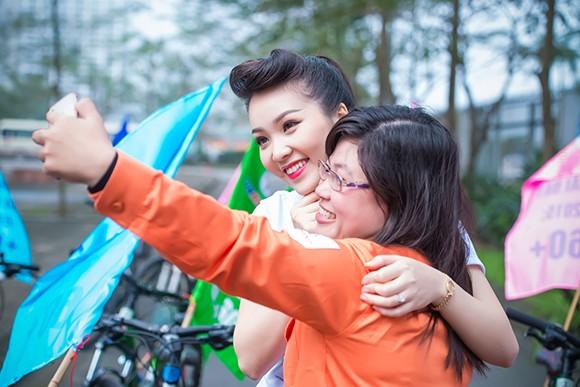 Á hậu Thụy Vân đạp xe kêu gọi tiết kiệm điện ảnh 7