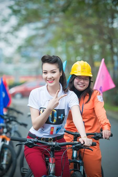 Á hậu Thụy Vân đạp xe kêu gọi tiết kiệm điện ảnh 4