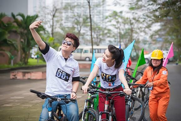Á hậu Thụy Vân đạp xe kêu gọi tiết kiệm điện ảnh 3