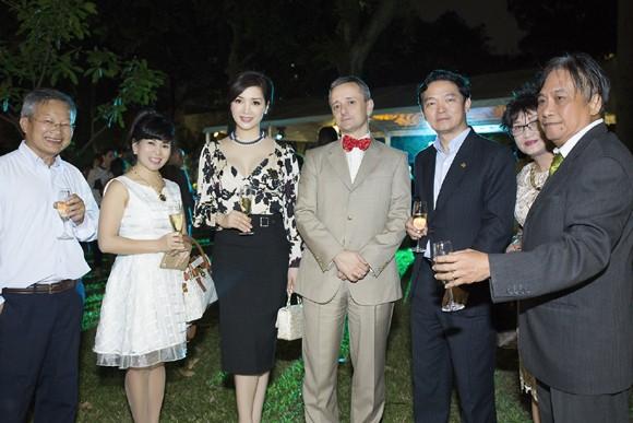 Hoa hậu Giáng My sang trọng dự tiệc mời của Lãnh sự quán Pháp ảnh 6