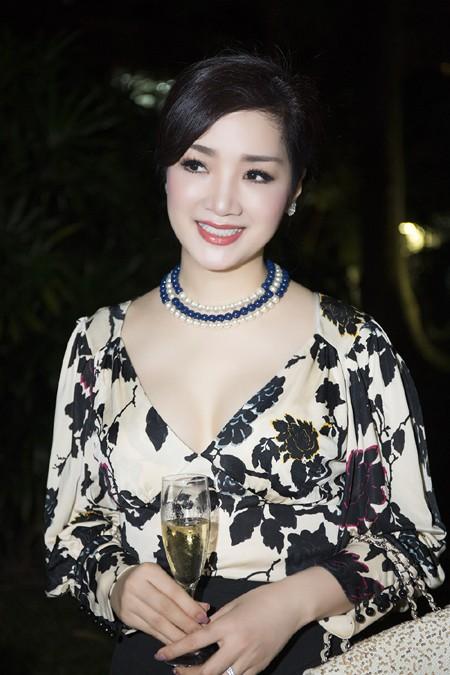 Hoa hậu Giáng My sang trọng dự tiệc mời của Lãnh sự quán Pháp ảnh 3