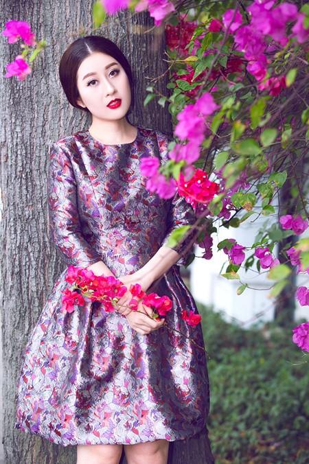 """MC Kim Trang """"đọ"""" vẻ đẹp mong manh cùng hoa giấy ảnh 7"""
