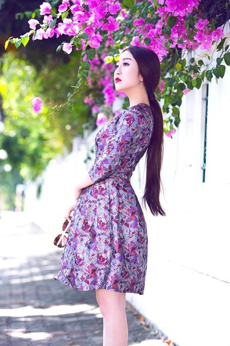 """MC Kim Trang """"đọ"""" vẻ đẹp mong manh cùng hoa giấy ảnh 3"""