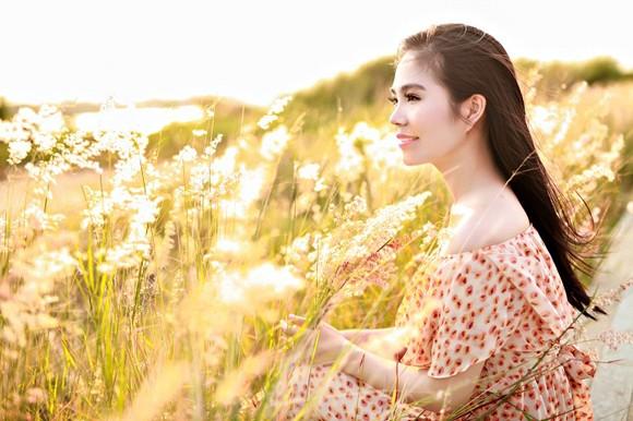 Dương Kim Ánh khoe nhan sắc ngọt ngào trên đồng cỏ ảnh 2
