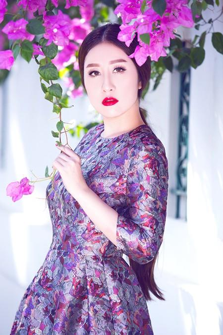 """MC Kim Trang """"đọ"""" vẻ đẹp mong manh cùng hoa giấy ảnh 8"""