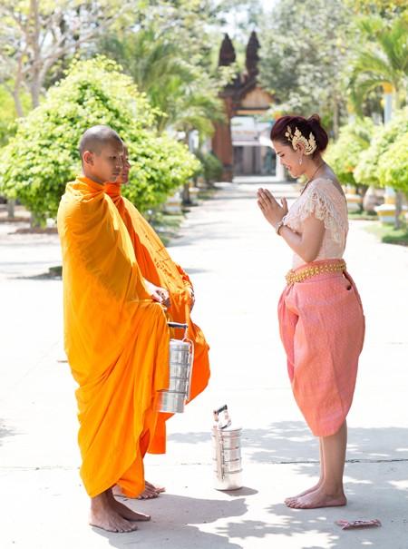Á hậu Sơn Thị Du Ra lộng lẫy với trang phục cưới truyền thống Khmer ảnh 6