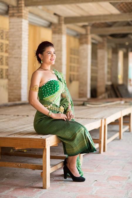 Á hậu Sơn Thị Du Ra lộng lẫy với trang phục cưới truyền thống Khmer ảnh 4
