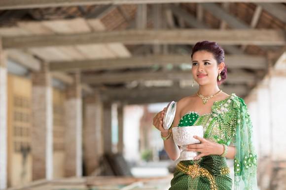 Á hậu Sơn Thị Du Ra lộng lẫy với trang phục cưới truyền thống Khmer ảnh 5
