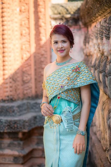 Á hậu Sơn Thị Du Ra lộng lẫy với trang phục cưới truyền thống Khmer ảnh 1