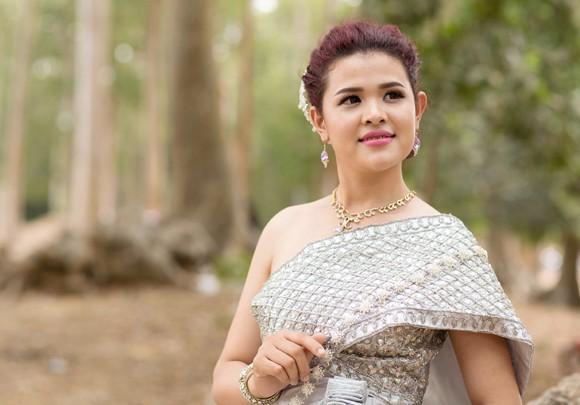 Á hậu Sơn Thị Du Ra lộng lẫy với trang phục cưới truyền thống Khmer ảnh 8