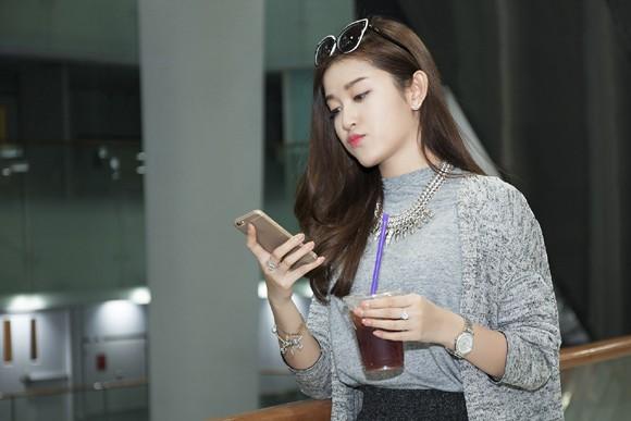 """Bắt gặp Á hậu Huyền My một mình """"lang thang"""" ở Sài Gòn ảnh 6"""