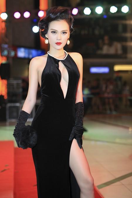 Cao Thùy Linh diện váy sexy khoe ngực đầy quyến rũ ảnh 4