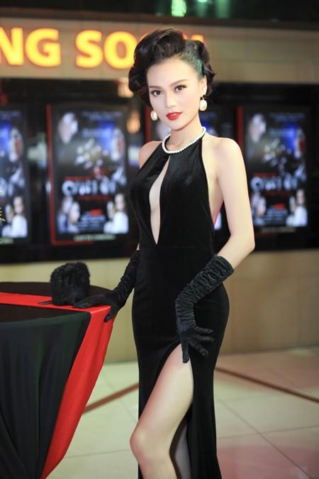 Cao Thùy Linh diện váy sexy khoe ngực đầy quyến rũ ảnh 1