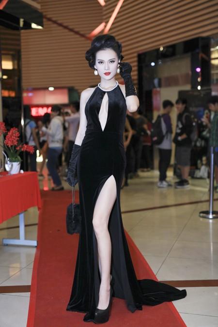 Cao Thùy Linh diện váy sexy khoe ngực đầy quyến rũ ảnh 3