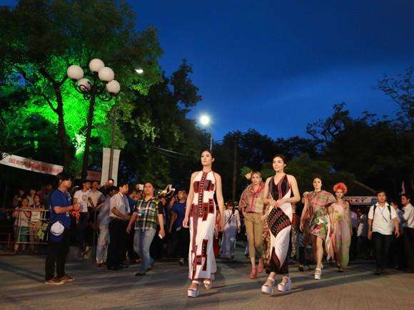 Hoa hậu Ngọc Hân, Kỳ Duyên khoe sắc trong đêm bế mạc Festival nghề truyền thống Huế ảnh 3
