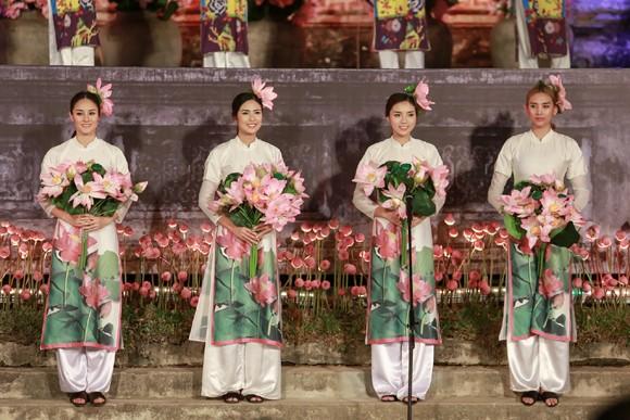 Hoa hậu Ngọc Hân, Kỳ Duyên khoe sắc trong đêm bế mạc Festival nghề truyền thống Huế ảnh 4