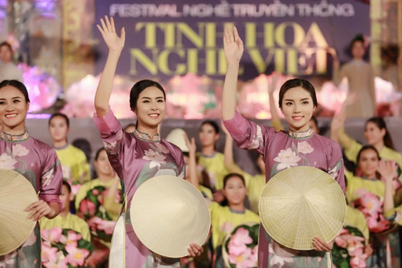 Hoa hậu Ngọc Hân, Kỳ Duyên khoe sắc trong đêm bế mạc Festival nghề truyền thống Huế ảnh 8