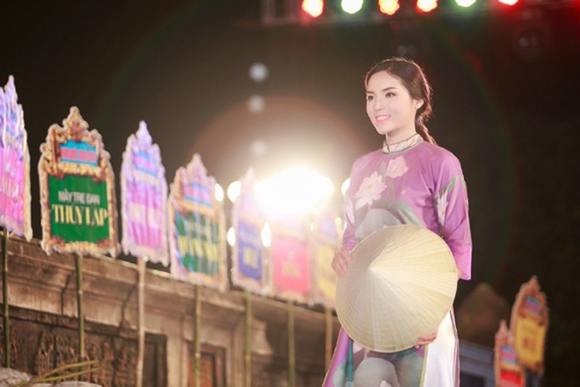 Hoa hậu Ngọc Hân, Kỳ Duyên khoe sắc trong đêm bế mạc Festival nghề truyền thống Huế ảnh 6