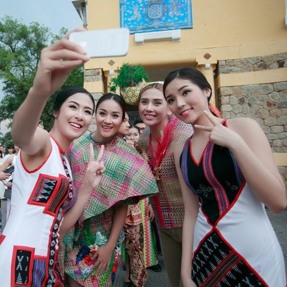 Hoa hậu Ngọc Hân, Kỳ Duyên khoe sắc trong đêm bế mạc Festival nghề truyền thống Huế ảnh 1