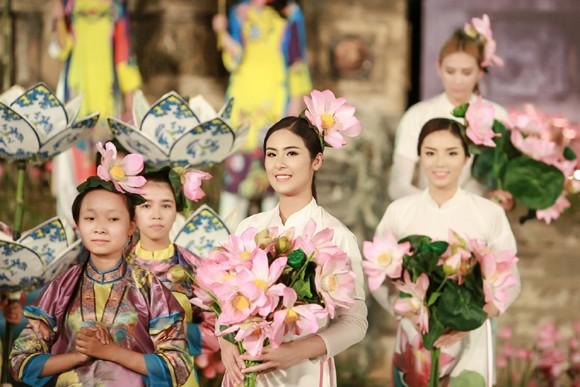 Hoa hậu Ngọc Hân, Kỳ Duyên khoe sắc trong đêm bế mạc Festival nghề truyền thống Huế ảnh 5