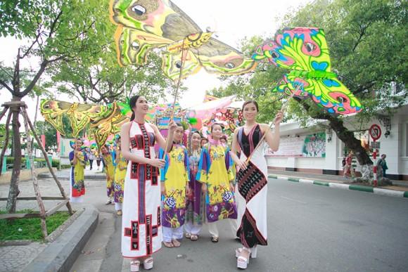 Hoa hậu Ngọc Hân, Kỳ Duyên khoe sắc trong đêm bế mạc Festival nghề truyền thống Huế ảnh 2